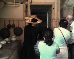 Mlle Poulain dans les cuisines